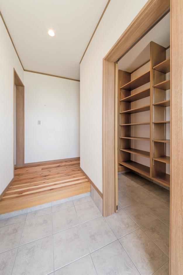 水田建設【デザイン住宅、自然素材、省エネ】玄関にはシューズクロークを設置