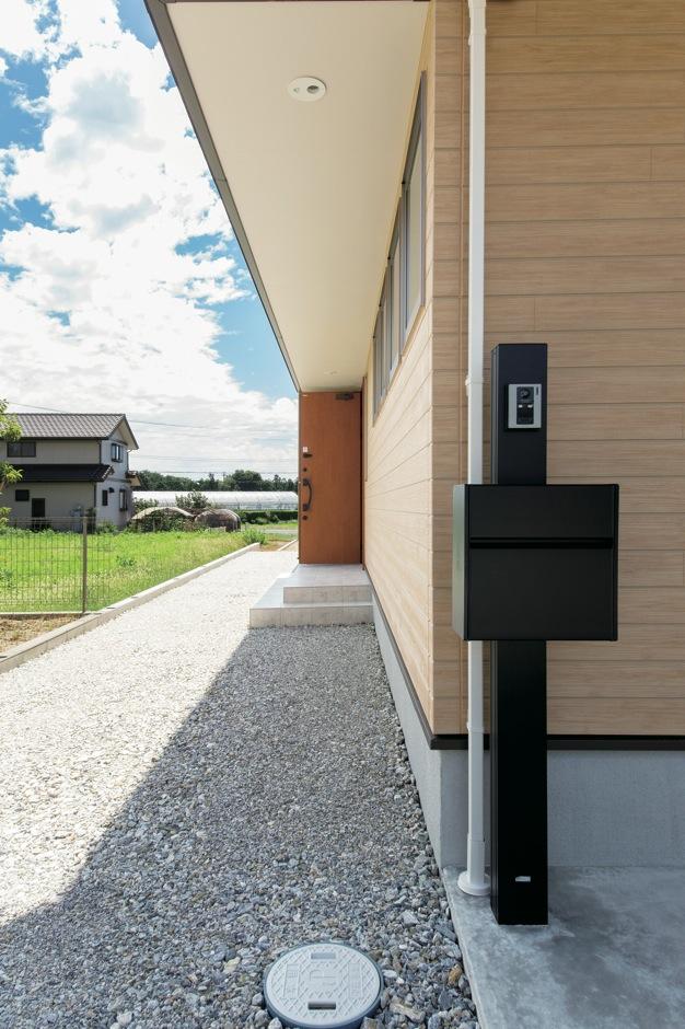 水田建設【デザイン住宅、自然素材、省エネ】玄関まで雨に濡れることないのが嬉しい