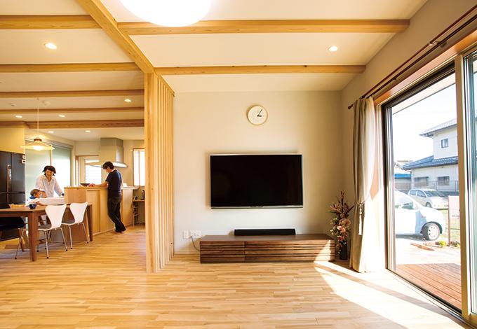 水田建設【自然素材、間取り、ペット】開放感あふれるLDKは24畳の大空間。光と風を取り入れるパッシブデザインと高気密・高断熱性能の省エネ設計をベースに、無垢と自然素材の特性と太陽光発電を活かし、省エネ&エコな暮らしを実現