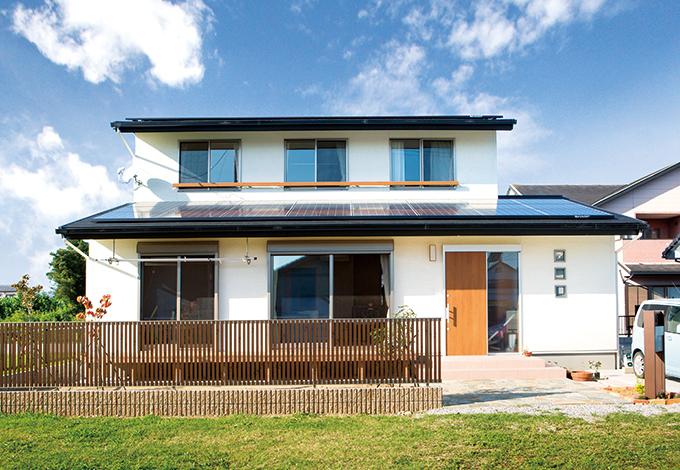 水田建設【自然素材、間取り、ペット】シンプルで飽きのこない外観フォルム。1階に切り妻屋根、2 階に片流れの屋根を採用し、合計14kWの大容量ソーラーパネルを搭載