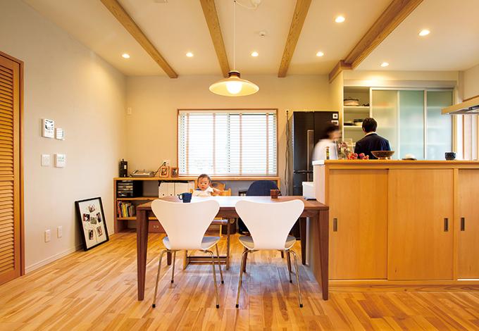 水田建設【自然素材、間取り、ペット】キッチンから横にスライドしてダイニングテーブルを配置。配膳や片付けがラクなのはもちろん、将来、子どもの宿題を見守るときも便利