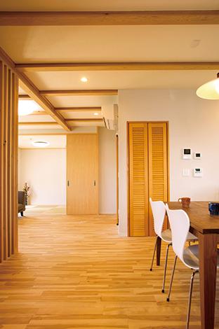 水田建設【自然素材、間取り、ペット】リビングとフラットに繋がる和室。引き込み式のドアを採用し、普段は開けたままに