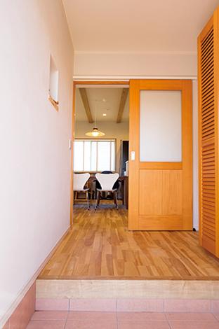 水田建設【自然素材、間取り、ペット】ポーチの淡いピンク色でアクセントをつけた玄関ホール