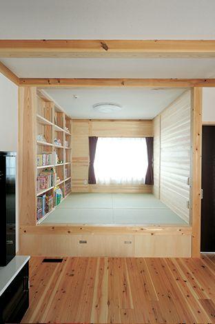 水田建設【子育て、収納力、自然素材】小上がりの畳コーナーは家族共有の読書コーナーでもある。畳の下部分は収納スペース