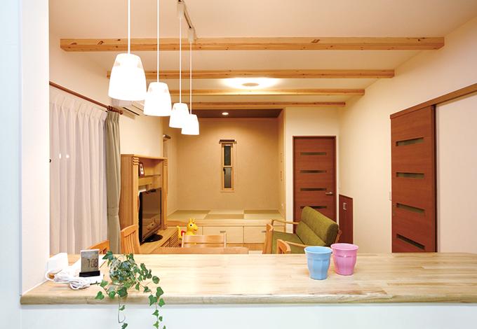 水田建設【1000万円台、子育て、収納力】キッチンからはリビングと畳コーナーを真正面から見渡せるので料理をしながら家族の会話にも参加できる