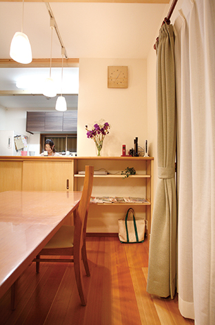 水田建設【1000万円台、子育て、収納力】対面キッチンのカウンター下にも収納を設けてあるのでダイニングもすっきり