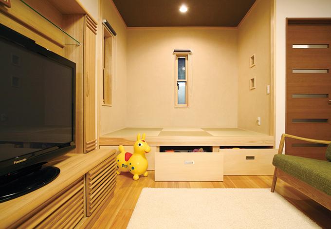 水田建設【1000万円台、子育て、収納力】畳コーナーの床下には引出しタイプの収納があり、リビングで使うものをすっきりしまえて便利