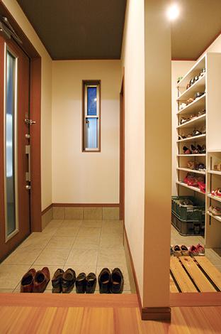 水田建設【1000万円台、子育て、収納力】普段履きはシューズクローク内の家族用の土間に脱いでおけるのでゲスト用の玄関はいつも美しさをキープ