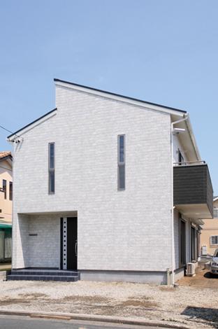 水田建設【収納力、省エネ、間取り】通りからの視線と西日を避けるために窓の大きさと位置に配慮