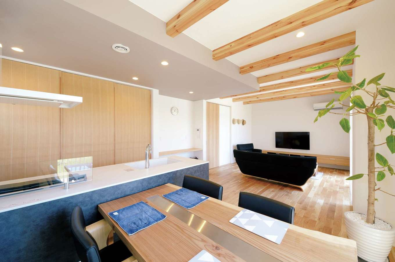幹工務店【デザイン住宅、子育て、自然素材】テーブルは天然木とステンレスの異素材ミックス。施主自らが選んだ板を天板に