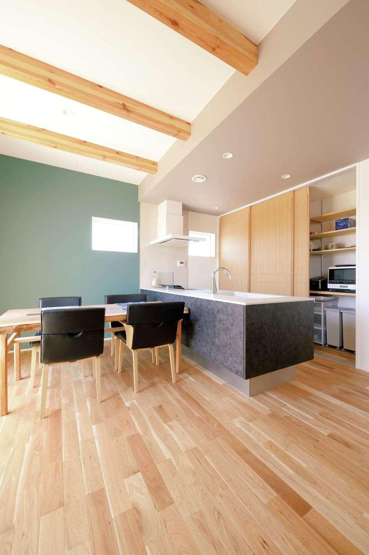幹工務店【デザイン住宅、子育て、自然素材】キッチン背面は大きな引き戸の全面収納。冷蔵庫も隠す徹底ぶり