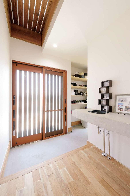 幹工務店【デザイン住宅、子育て、自然素材】玄関上部を杉材の目透かし天井とすることで、風通しよく。土間はモルタル金ゴテ仕上げ。収納はオープン棚で出し入れがしやすい