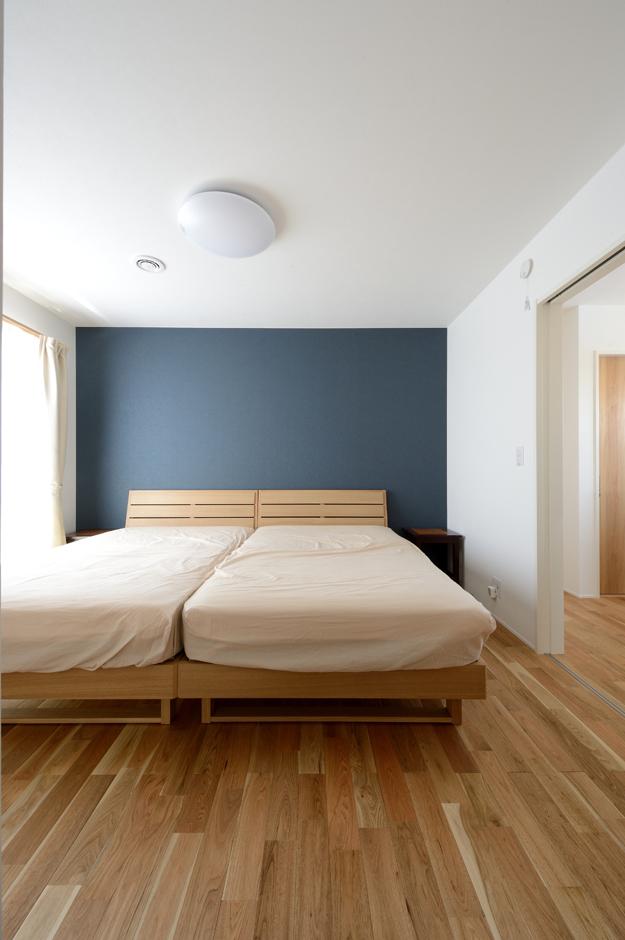 幹工務店【デザイン住宅、子育て、自然素材】落ち着いた配色でやすらぐ寝室。天井には埋め込み式のナノイー消臭装置を設置。玄関、リビングにも同様に設置し爽やかな空気環境を整えている