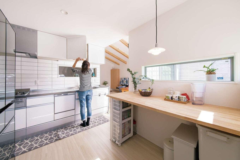 幹工務店【子育て、狭小住宅、間取り】常に家族の様子を見ながら料理できる明るいキッチン。天板の高さは奥さまの身長の高さに合わせて造作。街の景色を眺めながら寛げる家事コーナーも造作