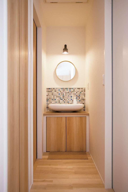 幹工務店【子育て、狭小住宅、間取り】子ども部屋に隣接した洗面台。手を洗う習慣が自然に身につきそう