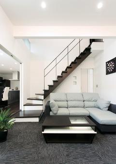 ステップダウンリビングが明るさと開放感をもたらす家