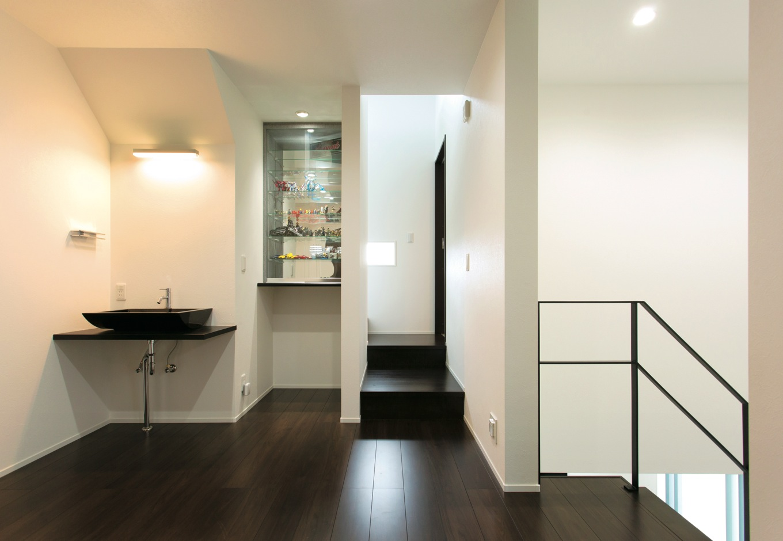 2階はフリースペースを中心に各室を配置。スタイリッシュな手洗い場の隣にはご主人のフィギュアコレクションの飾り棚を造作で設置