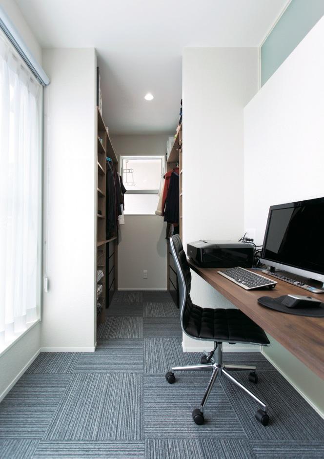 幹工務店【デザイン住宅、省エネ、間取り】ウォークインクローゼットと同空間に設けたご主人の書斎
