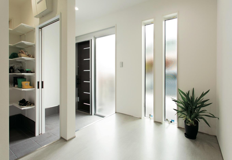 幹工務店【デザイン住宅、省エネ、間取り】白で統一した清潔感溢れる玄関。シューズクロークには充分な広さを確保