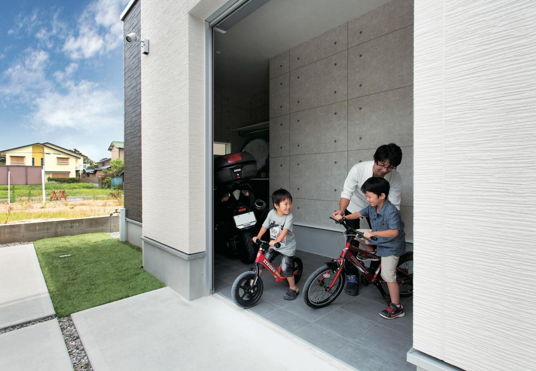 玄関の隣に設けたガレージには、お父さんのバイクや子どもたちの自転車を収納。間口が広く出し入れが便利