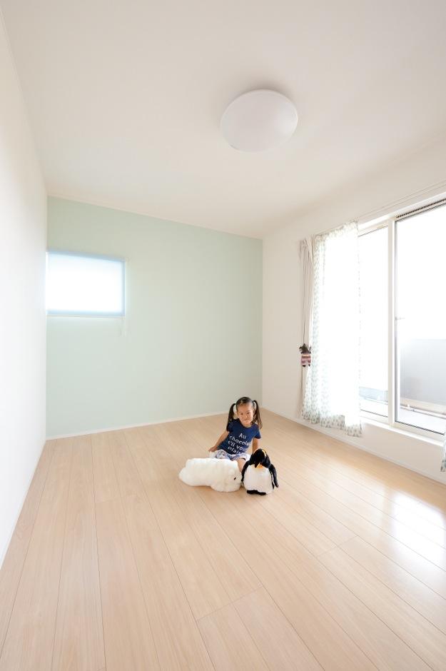 幹工務店【子育て、収納力、省エネ】2つの子ども部屋はクロスの色を使い分けて変化をつけた