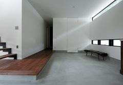生活スタイルをデザインした 土間とバーカウンターのある家