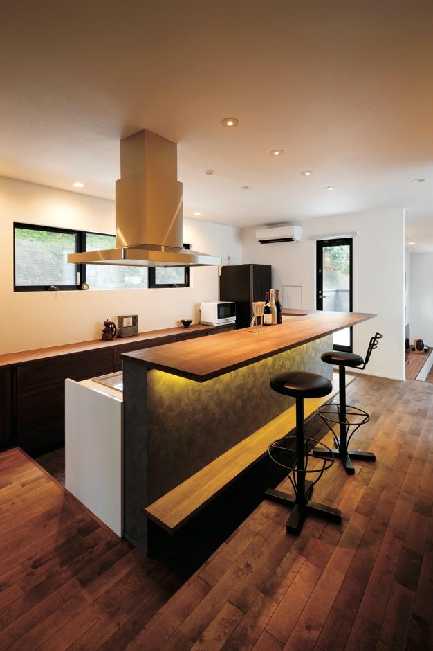 幹工務店【デザイン住宅、スキップフロア、インテリア】行きつけのバーのカウンターを再現したキッチン。天板や止まり木のサイズを自分で測ってきてオーダーした