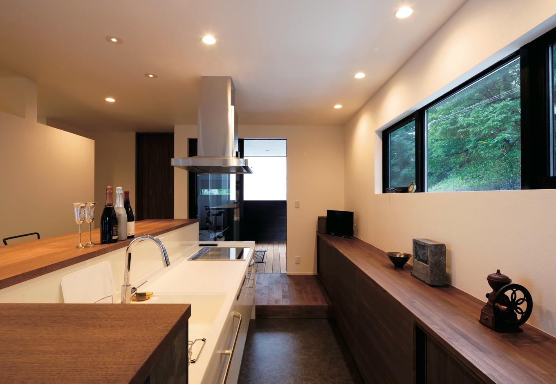 幹工務店【デザイン住宅、スキップフロア、インテリア】借景を楽しむため、バックヤードは吊り戸棚ではなく、低い食器棚を造作。額縁に収まったような緑の風景にうっとり