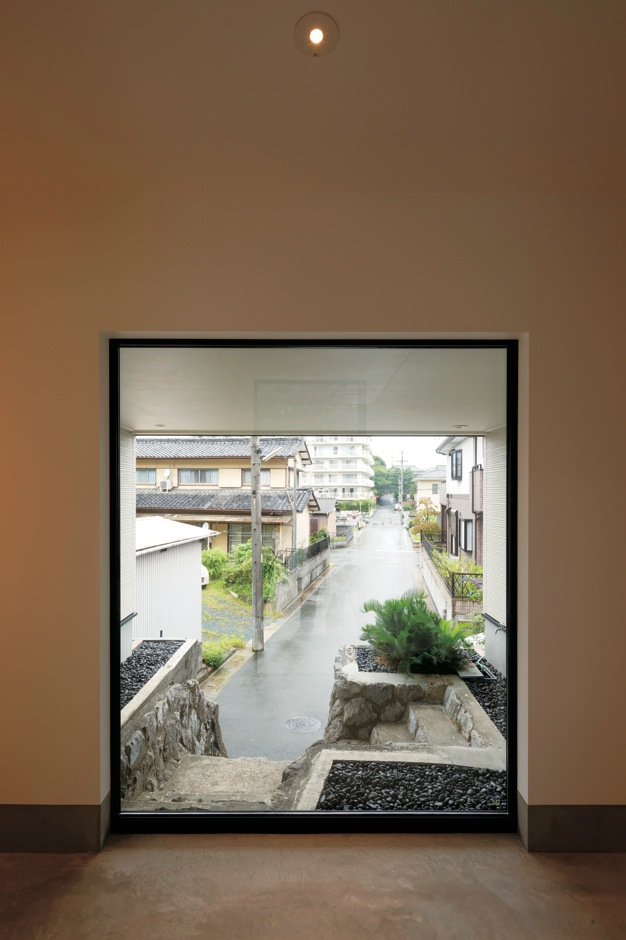 幹工務店【デザイン住宅、スキップフロア、インテリア】根上り松まで一直線に伸びるこの風景を毎日見たくて、玄関正面に大きなピクチャーウィンドウを設けた