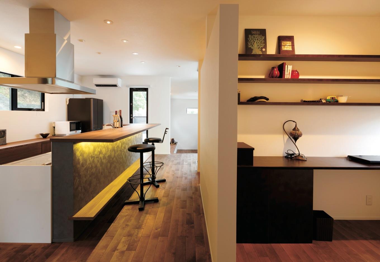 幹工務店【デザイン住宅、スキップフロア、インテリア】キッチンの北側に設けたご主人の書斎スペース。机、書棚はすべて造作。ここにもお籠り感が