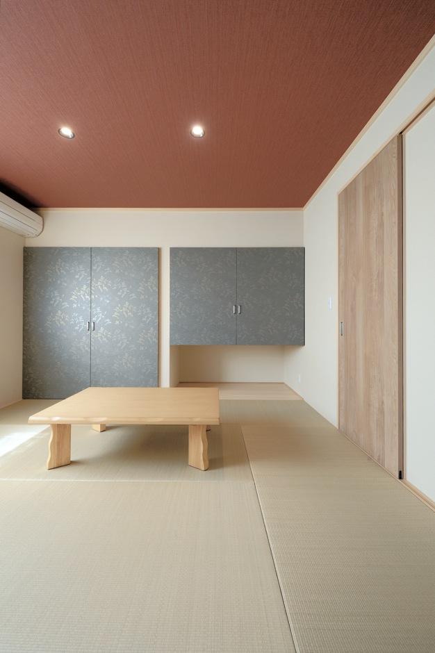 幹工務店【子育て、収納力、間取り】白をベースにしたナチュラルな内装の中で、唯一色を取り入れたのが和室。モダンな赤の天井はご主人の要望。玄関から直接入れるため、来客時に大変便利
