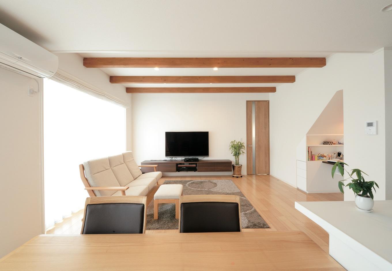 幹工務店【子育て、収納力、間取り】リビングスペースは天井を一段上げ、梁を効果的に使用