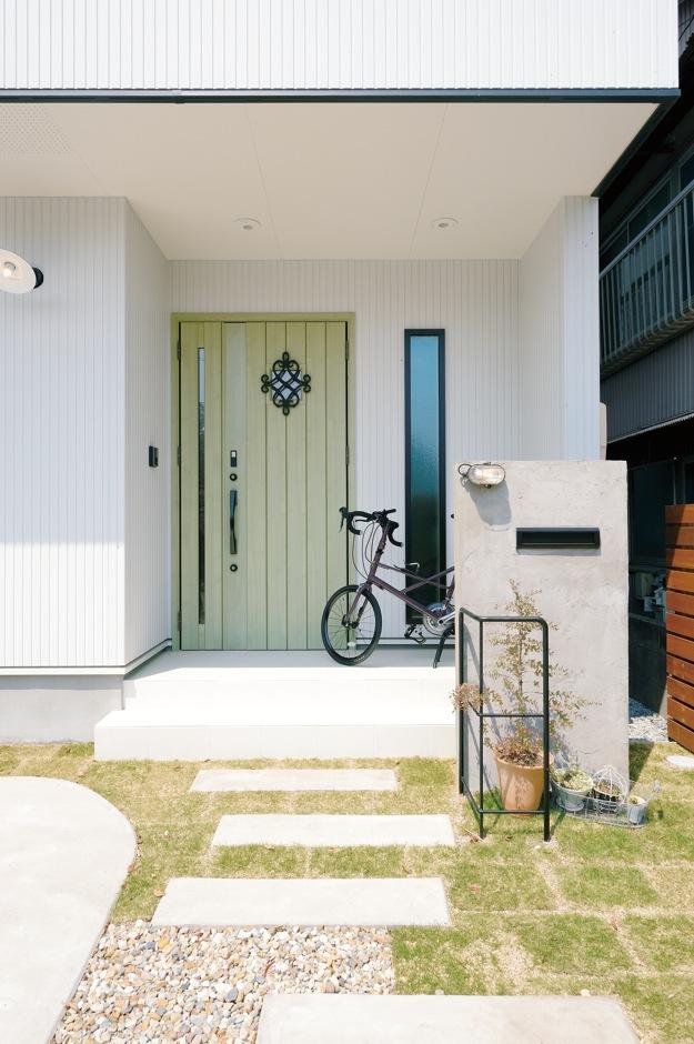 幹工務店【デザイン住宅、輸入住宅、間取り】素朴なぬくもりを感じるエントランスは友達からの評判も高い。コンクリートの門柱、木のフェンスが特にお気に入り。モスグリーンの玄関ドアがアクセントに