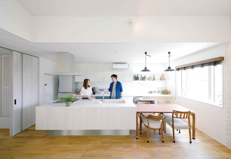 幹工務店【デザイン住宅、輸入住宅、間取り】『幹工務店』のモデルハウスを参考にしたカフェスタイルのアイランドキッチン。おしゃれで使い勝手も良く、ご主人も自然とお手伝いしたくなる