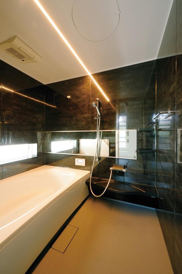 幹工務店【デザイン住宅、輸入住宅、間取り】白と黒のコントラストが美しいビューバスはご主人からのリクエスト。横長の鏡を採用したことで、実際よりも広く感じられる
