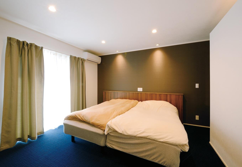 幹工務店【デザイン住宅、輸入住宅、間取り】黒い壁にダウンライトのやさしい光がこぼれ落ちる癒しの主寝室。起きてすぐに足裏が冷たいのは嫌なので、床はあえてカーペットを採用