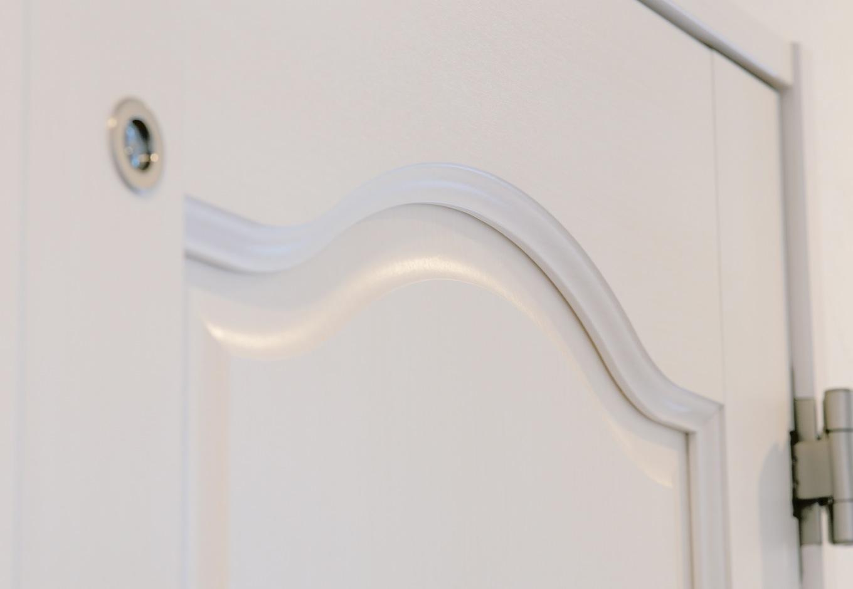 幹工務店【デザイン住宅、輸入住宅、間取り】1階はすべてエレガントなデザインのドアを採用し、2階との変化をつけた