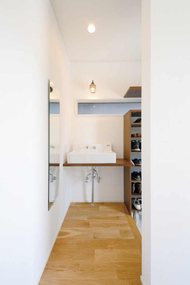 幹工務店【デザイン住宅、輸入住宅、間取り】子どもが外から帰ったら真っ先に手を洗う習慣が身につくよう、玄関ホールに洗面台を設置