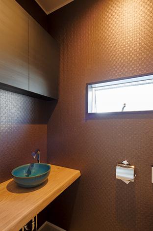 幹工務店【子育て、収納力、間取り】造作カ ウンターと陶器のボウルで和のしつらいを感じさせるトイレ