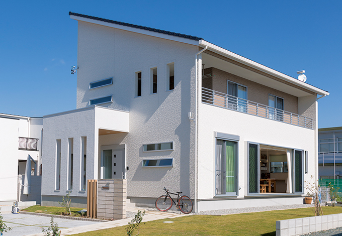 幹工務店【子育て、収納力、間取り】青空にくっきりと映えるスタイリッシュな外観デザインは『幹工務店』ならでは