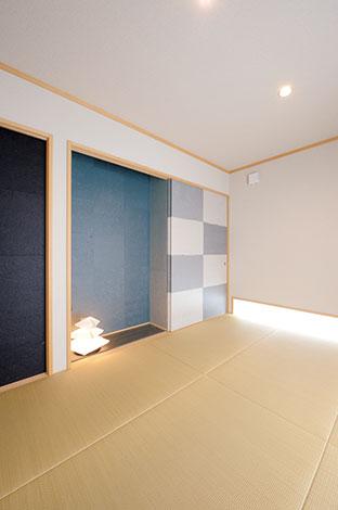 床の間の壁に貼った和紙と照明器具を覆った和紙は、奥さまのお母さまが手漉きで制作したオリジナル