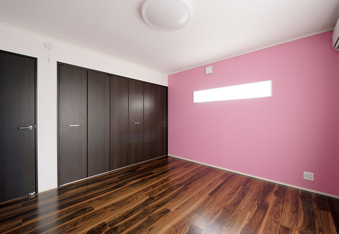 2階のトイレを省いたり、バルコニー幅を狭くした分、2つの子ども部屋を8 畳ずつ取れた。カラフルな色のクロスは子どもたちが自分で選んだ