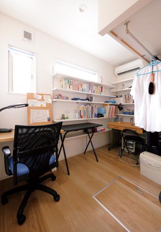 幹工務店【収納力、間取り、平屋】ご主人の書斎は3.8畳。可動式の書棚は『幹工務店』の造作。2か所に窓を切り、やわらかな光と爽やかな風を採り込む