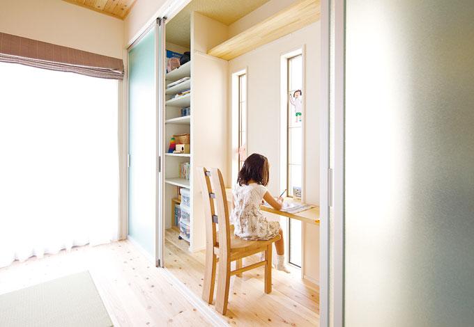 幹工務店【子育て、収納力、和風】物置棚1つ、可動棚6段が2か所では、カウンターは学習机に使用でき、ランドセル、絵本、洋服が収納できる