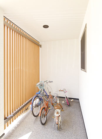 幹工務店【子育て、収納力、和風】格子で目隠ししつつ屋根の付いた自転車置き場。スロープも便利