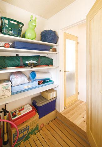 幹工務店【子育て、収納力、和風】アウトドア用品は駐車場に近い玄関収納に2畳の玄関収納にアウトドア用品を保管。車に運びやすくて便利。玄関床には家族の手形を、収納庫内には足形を残した