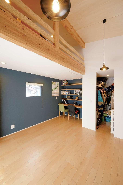 幹工務店【子育て、自然素材、間取り】勾配天井のデッドスペースを活かしてロフトを設けた主寝室。ご主人の書斎コーナーも確保。ここにもハンモックを吊るせるようになっている