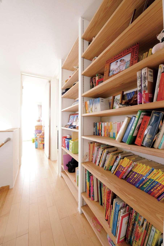 幹工務店【子育て、自然素材、間取り】天井まで届く家族共有の本棚を造作したファミリーライブラリー。空間を無駄なく使ったナイスアイデア!