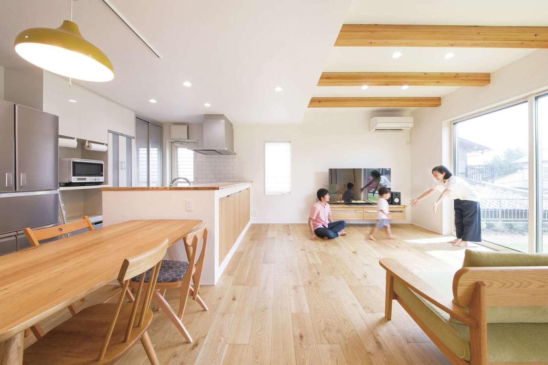幹工務店【デザイン住宅、子育て、省エネ】窓の位置や高さを工夫して、室内のラインがすっきり見えるようにデザインし、シンプルで洗練されたLDKを実現。空間がいっそう広々と感じられる