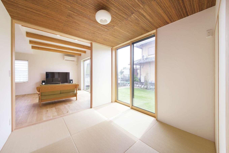 幹工務店【デザイン住宅、子育て、省エネ】和室はLDKと同じ塗り壁と琉球畳、萩べニアの天井でシンプルにデザイン。リビングとも違和感なく調和している